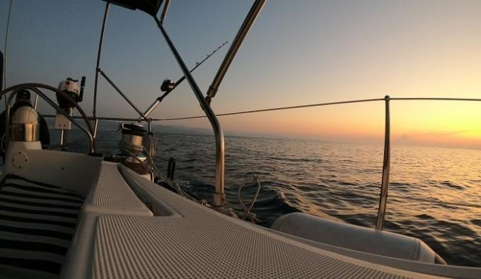 Прогулки на яхте на Кипре на закате