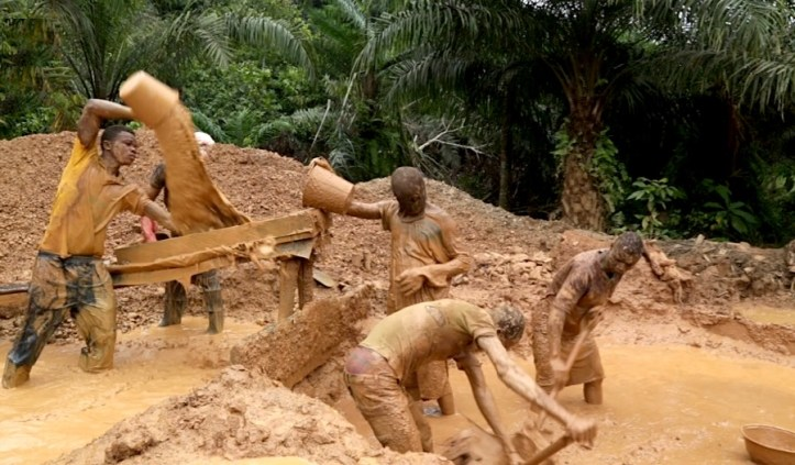 ghana-mine-collapses-14-trapped-underground