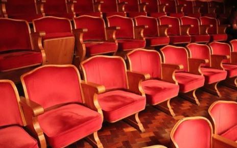 Kombinační hlavolam V divadle