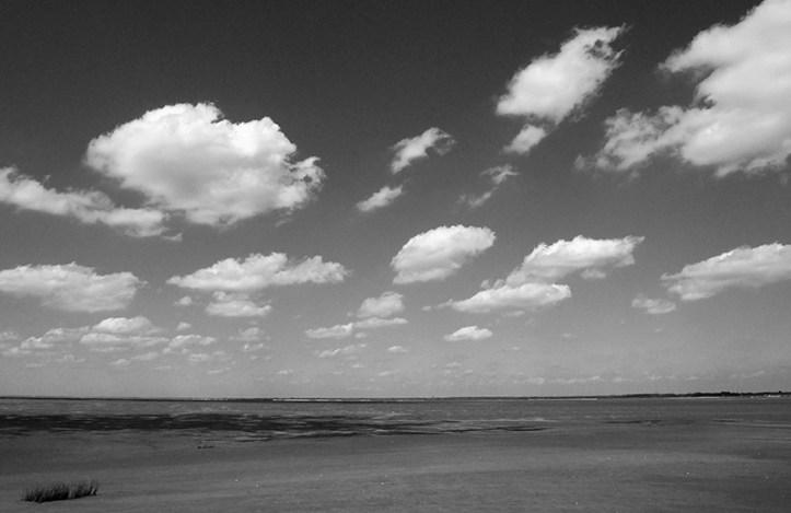 Nuages clairsemés dans le ciel
