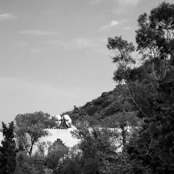 Les deux têtes qui émergent du toit de la maison de Dali symbolisent Dali et Gala