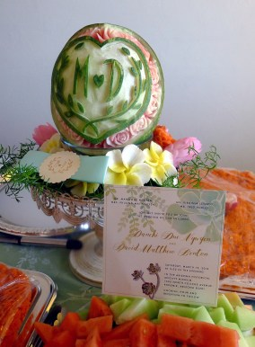 Cô Mỹ Ngọc khắc quả dưa hấu có logo thiệp cưới cùng đủ loại hoa bằng các loại củ, rinh từ San Diego bay xuống Phoenix mới ngầu ! Bạn vàng tui :)