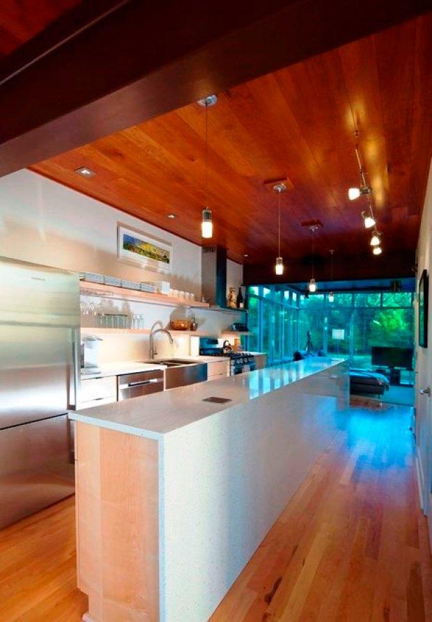 Шикарный дом у воды- - кухня на первом этаже