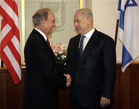 George Mitchell et Benjamin Netanyahu à Jérusalem. L'émissaire américain et le Premier ministre israélien ont décidé de se revoir vendredi, après avoir achevé mercredi sans aucun signe de progrès une nouvelle série de discussions sur le dossier des colonies juives de Cisjordanie.