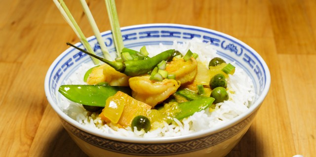 gelbes Curry mit Garnelen und Gemüse