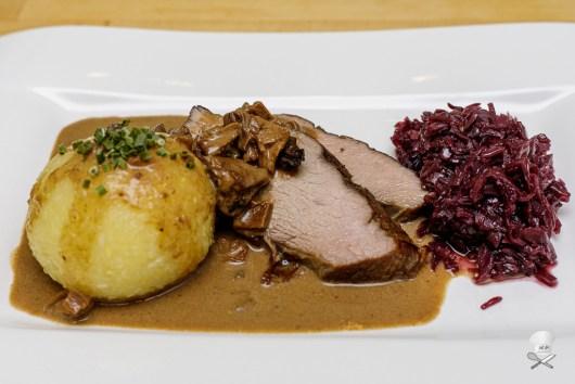 Tafelspitz vom Kalb  mit Steinpilz-Rahm-Sauce, Kartoffelknödel, Rotkohl mit Speck und Himbeerkonfitüre