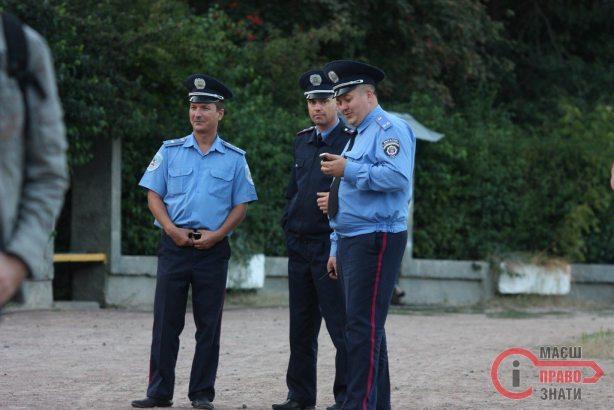 """Сумнозвісний Руслан Хартанович (крайній праворуч) чудово виглядає після """"жорстокого побиття"""" громадськими активістами"""