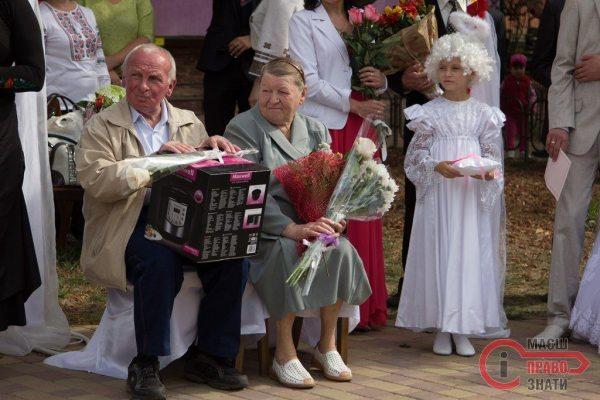 Разом з молодятами у парку Шевченка вітали пару із золотим весіллям