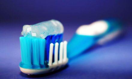 Combien de temps après manger se brosser les dents ?