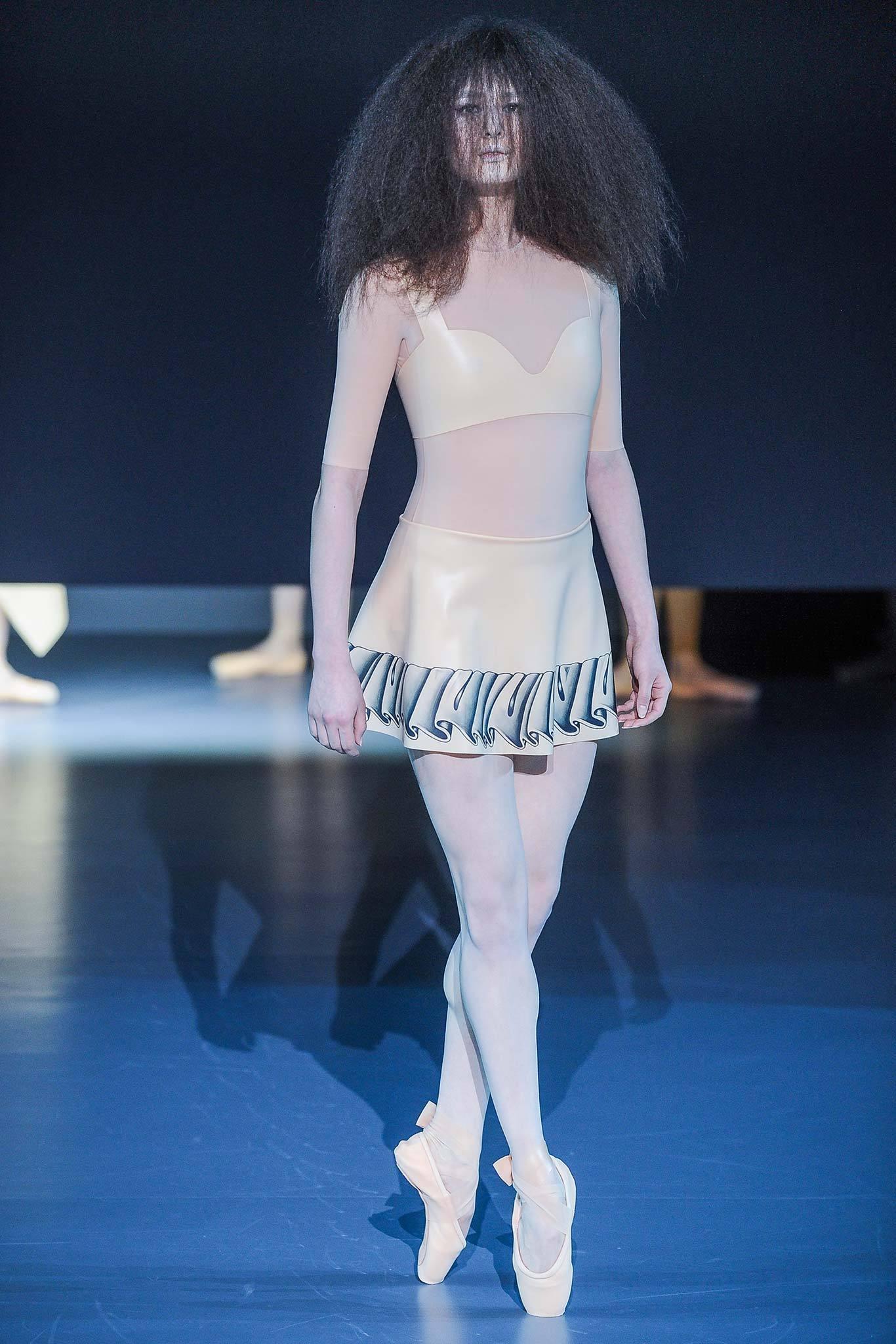 「The Trend」2014 Spring Couture—行動的芭蕾充氣娃娃—Viktor & Rolf – Mr. 布雷蕭