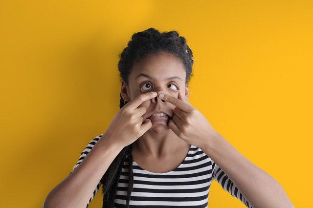 一位年輕非洲女孩正在做鬼臉