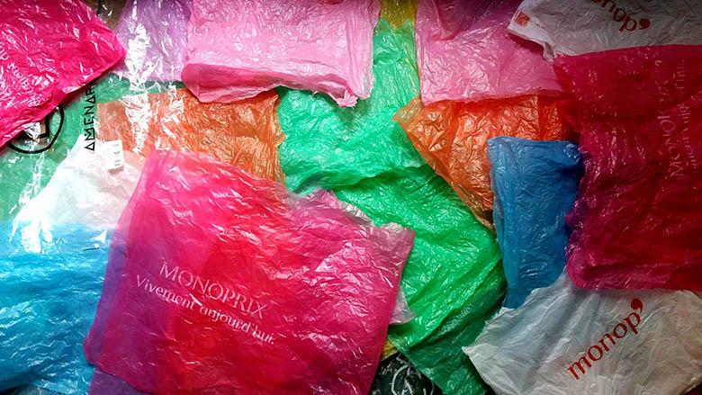 Exceptionnel Il transforme des sacs plastiques en fleurs originales PO79