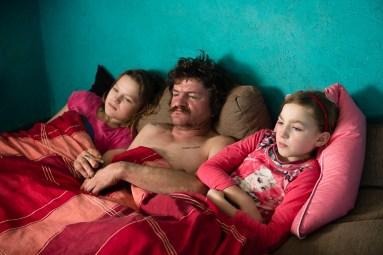 Broniszow, 31.12. 2015. Wspolne ogladanie telewizji po powrocie taty do domu. Fot. Joanna Mrowka / FORUM
