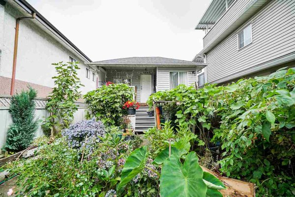 Main Photo: 2447 EAST 41ST Avenue in Vancouver: Collingwood VE House for sale (Vancouver East)  : MLS®# R2508167