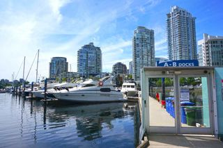 "Photo 4: 42 1088 MARINASIDE Crescent in Vancouver: Yaletown Condo for sale in ""QUAYSIDE MARINA"" (Vancouver West)  : MLS®# R2376189"