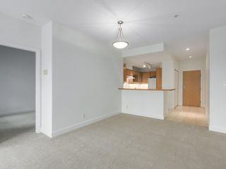 "Photo 7: 301 6198 ASH Street in Vancouver: Oakridge VW Condo for sale in ""THE GROVE"" (Vancouver West)  : MLS®# R2332430"