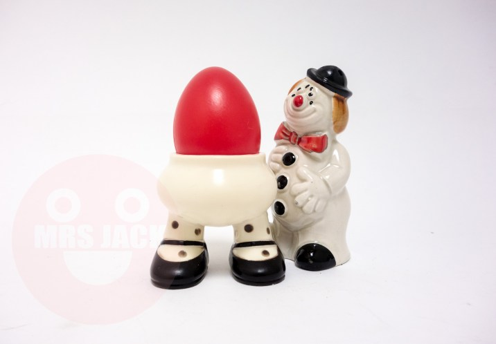THE 6 EYED CLOWN IS ADMIRING THE FACELESS EGG