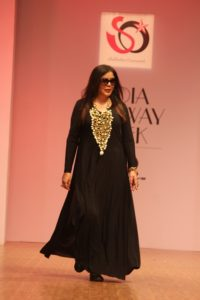 zeenat-aman-walked-ramp-for-akassh-k-aggarwal