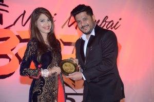 beautiful-moment-dimple-jhangiani-presents-an-award-to-hubby-sunny-asrani