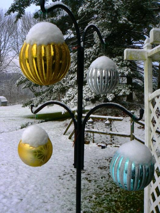 Snowy Christmas balls!