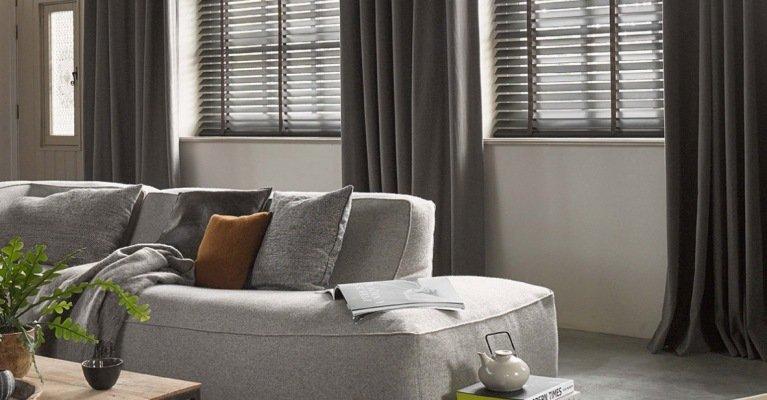 Zachte linnen gordijnen in een robuust interieur  MrWoon