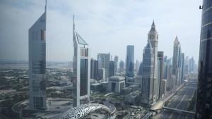 الإمارات تمنح إقامتها الذهبية لمخرج مصري مشهور