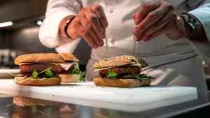 """باحثون يكشفون سر إنتاج """"برغر"""" نباتي بنكهة اللحم"""