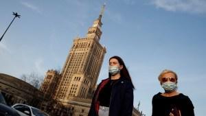 بولندا تستعد لإعادة فتح الاقتصاد مع تطعيم جميع البالغين