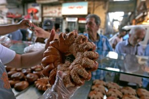 """""""المعروك""""خبز يحلي إفطار الدمشقيين في رمضان"""
