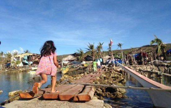 Kristine Langelund og Mads Geisler må bruge gummibåd for at komme ud med hjælp til isolerede Filippinere