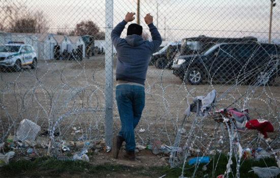 Grænsen mellem Grækenland og Makedonien er lukket for alle. Derfor er tusindvis af flygtninge og migranter strandet i lejren ved Idomeni.