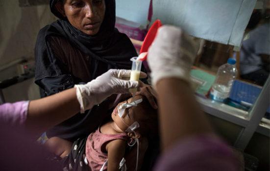 En syg dreng får mad gennem næsen i Bangladesh