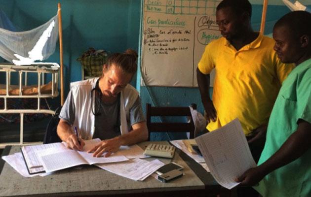 Alexander udfylder en journal på hospitalet i Den Centralafrikanske Republik