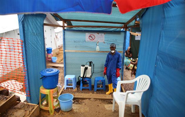 Hver gang der er nogen, der skal ind eller ud af koleracentret, skal de have desinficeret hænder og fodtøj, for at undgå spredning af sygdommen. Billedet er fra et af vores koleracentre i Kinshasa. © Carl Theunis/Læger uden Grænser