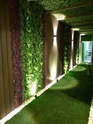 عشب اصطناعي أخضر و بنفسجي