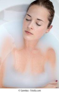 Junge Frau entspannt in Milchbad