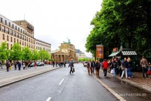 Вид на Бранденбургские ворота с соседней улицы