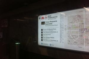 Указатель с подсветкой на стене в метро Октябрьское поле