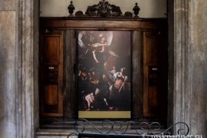 Картина Караваджо в церкви Неаполя Pio Monte della Misericordia
