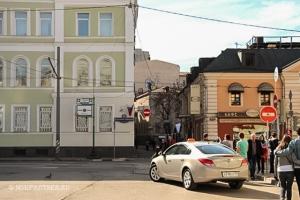 Переход через дорогу в сторону Б. Толмачёвский переулок по пути к VMS