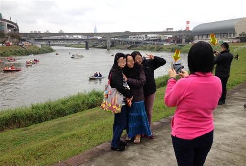 臺灣墜機現場有民眾持剪刀手微笑自拍(圖)