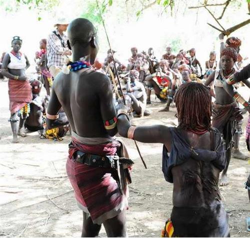 揭秘非洲的大地女追男部落:女人找老公得打得皮開肉綻
