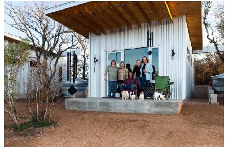近20年的好友建四座小房子住在了一起