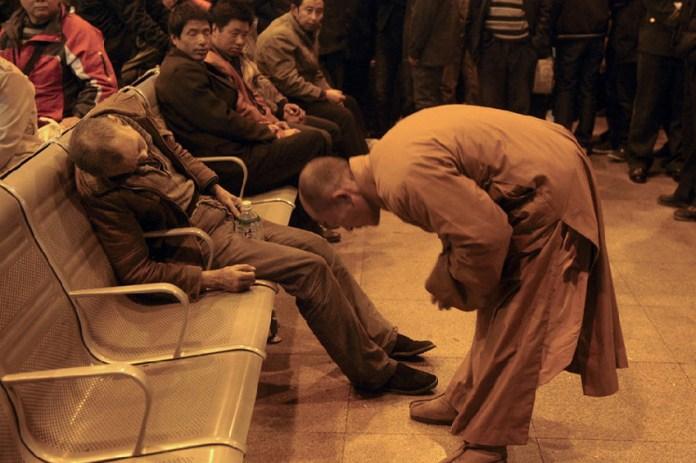老漢在火車站孤獨死去,一位和尚走上前去握住他的手!竟然...