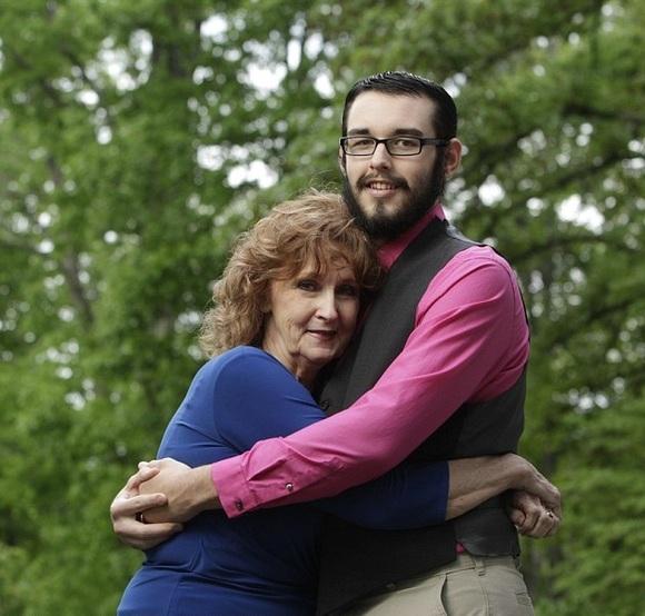 美國71歲奶奶與17歲小伙葬禮上一見鍾情,相識三周後閃婚!