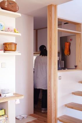 階段の奥にキッチン