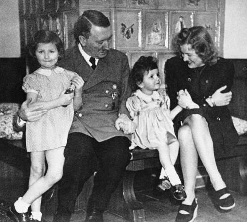 Тайна смерти Гитлера: все факты о самоубийстве Фюрера и мифы о его спасении