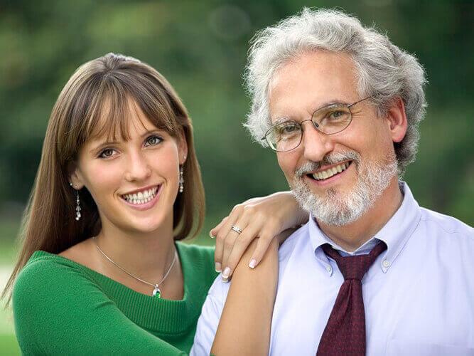 Пожилой мужчина и молодая девушка