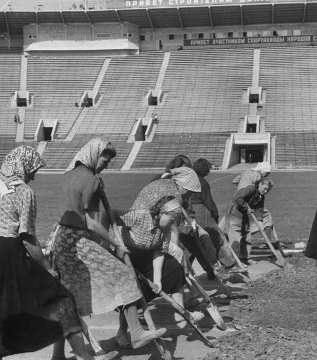 Группа женщин, работающих на стадионе. СССР, Москва, 1956 год.