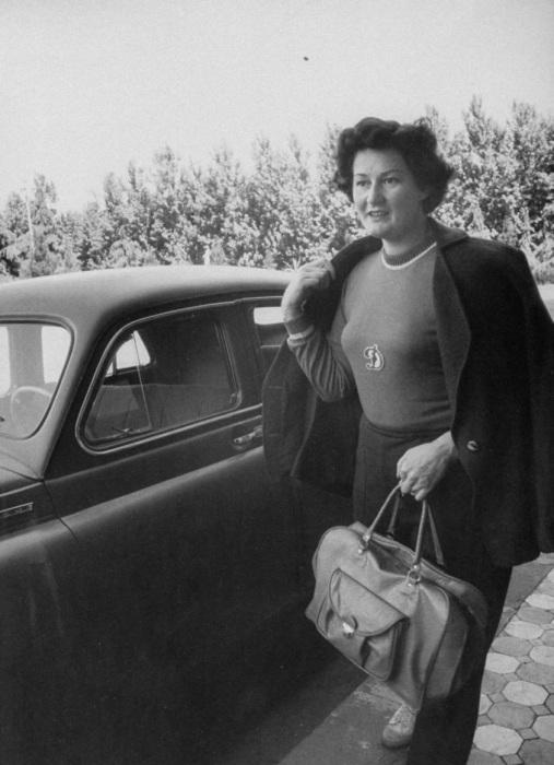 Спортсменка Нина Думбадзе идущая на тренировку.  СССР, Москва, 1956 год.
